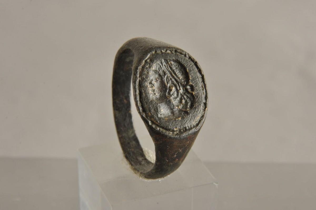Εικ. 38. Χάλκινο δαχτυλίδι. Στη σφενδόνη κεφαλή γενειοφόρου. Ελληνιστικοί χρόνοι. Πόλη της Χίου (Λέτσαινα - οικόπεδο Φραγκάκη).
