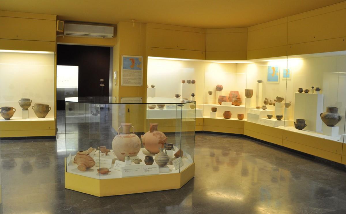 Εικ. 7. Γενική άποψη της Αίθουσας Ι. Αγγεία από ανασκαφές στο Εμποριό και στο Άγιος Γάλας. Τελική Νεολιθική εποχή μέχρι Ύστερη εποχή Χαλκού.