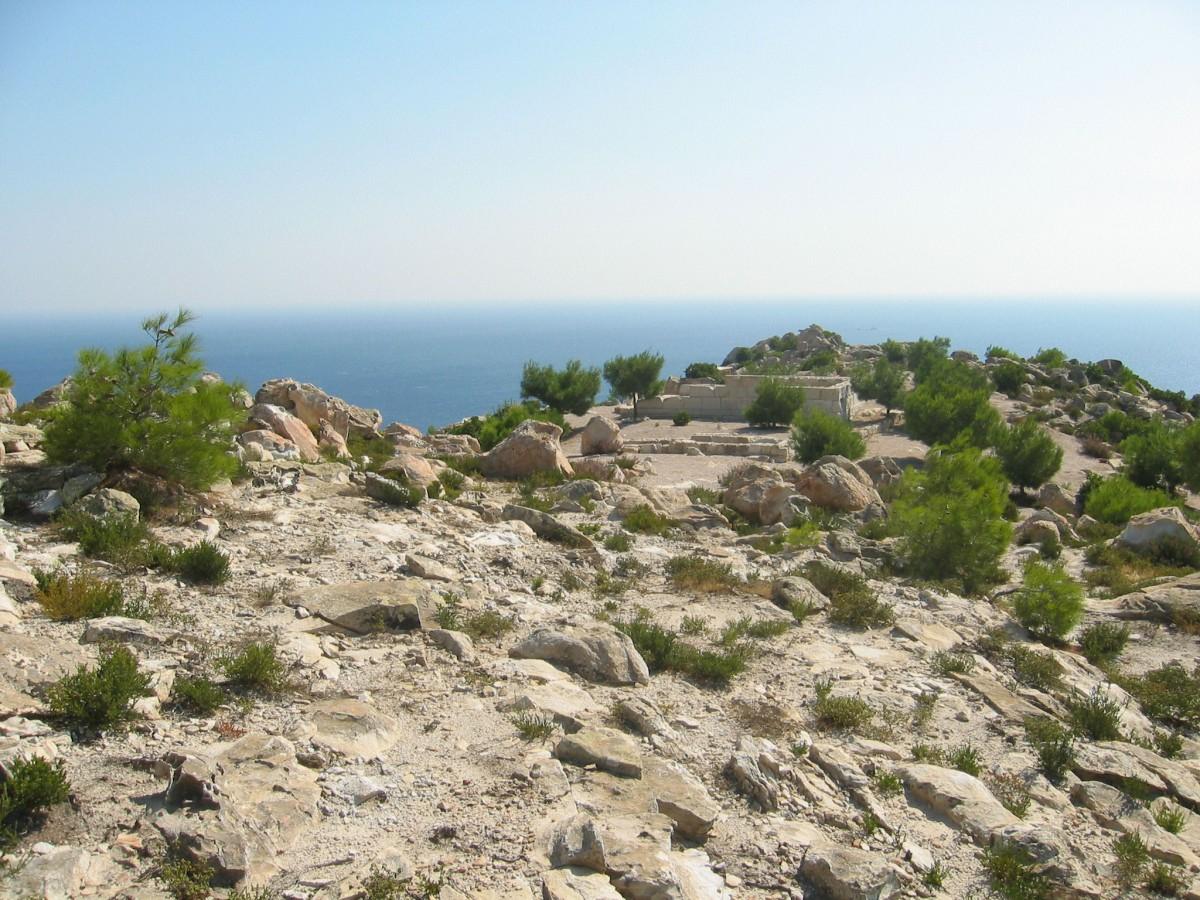 Εικ. 9. Γενική άποψη του ναού της Αθηνάς και του Βωμού Β στην Ακρόπολη του Εμποριού. Λήψη από βόρεια.