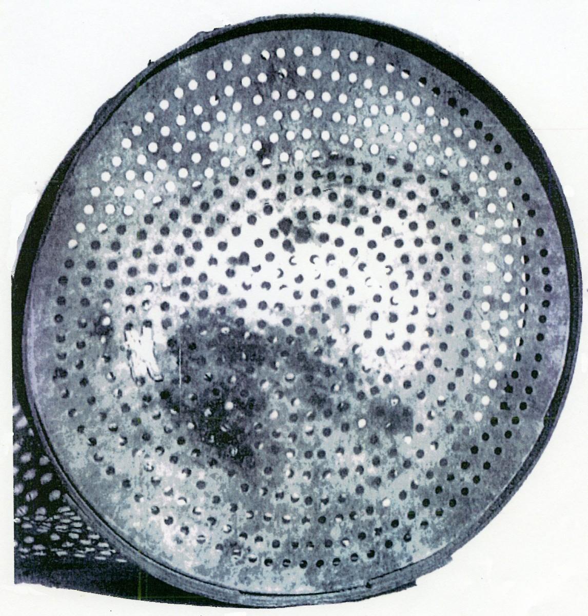 Εικ. 4. Δερμάτινος αλάργος για την απασχόληση των Καλικαντζάρων από την Κίμωλο (εικόνα από το βιβλίο των Ζαφείρη Βάου και Στέφανου Νομικού, «Ο ανεμόμυλος στις Κυκλάδες»).