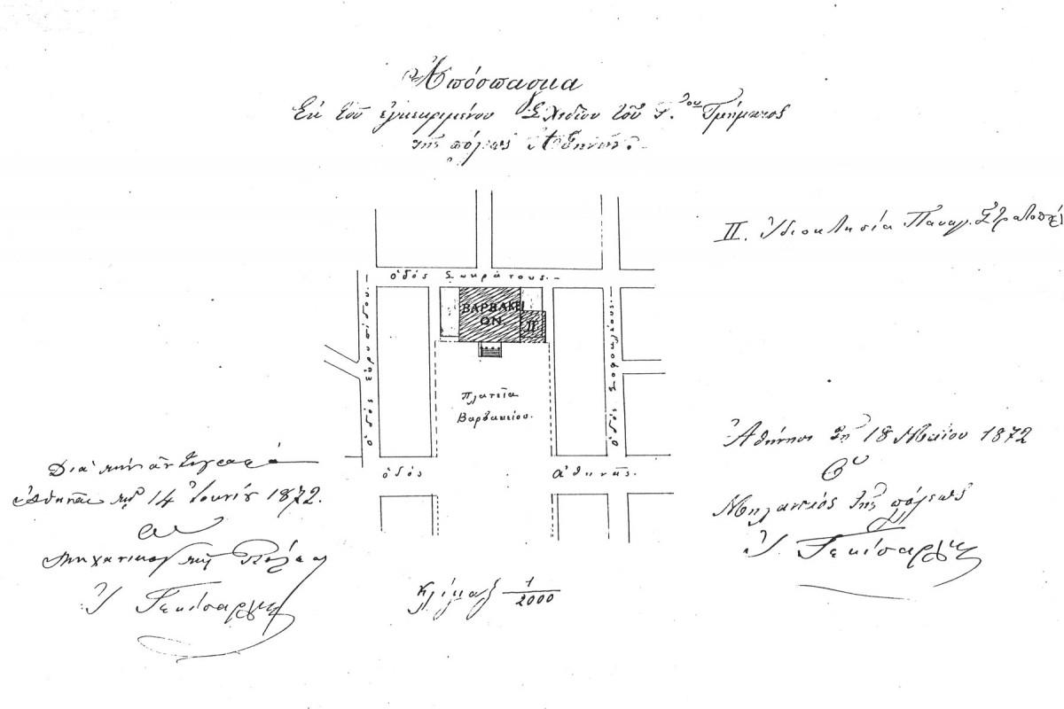 Εικ. 6. Απόσπασμα του Σχεδίου Πόλεως Αθηνών με ημερομηνία 18.5.1872, που συνοδεύει το έγγραφο της 14.6.1872 και όπου φαίνεται το οικόπεδο όπου τελικά οικοδομήθηκε το Βαρβάκειο και δεξιά του το οικόπεδο του οποίου ο ιδιοκτήτης προτείνει την πώλησή του στο ίδρυμα με σκοπό την επέκταση της αυλής του (πρωτότυπο στα Γ.Α.Κ., Σχέδιο Πόλεως, φ. 19, ανασχεδίαση Δ. Ρουμπιέν).