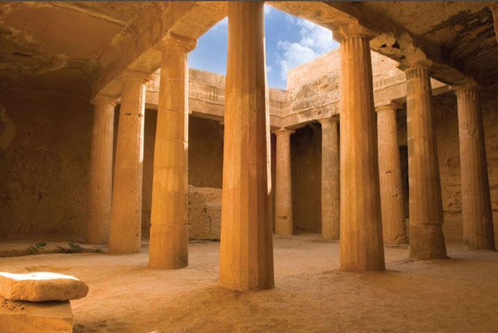 Περίστυλο αίθριο στους «Τάφους των Βασιλέων» (3ος αι. π.Χ.), στη Νέα Πάφο (φωτ. ΑΠΕ-ΜΠΕ).