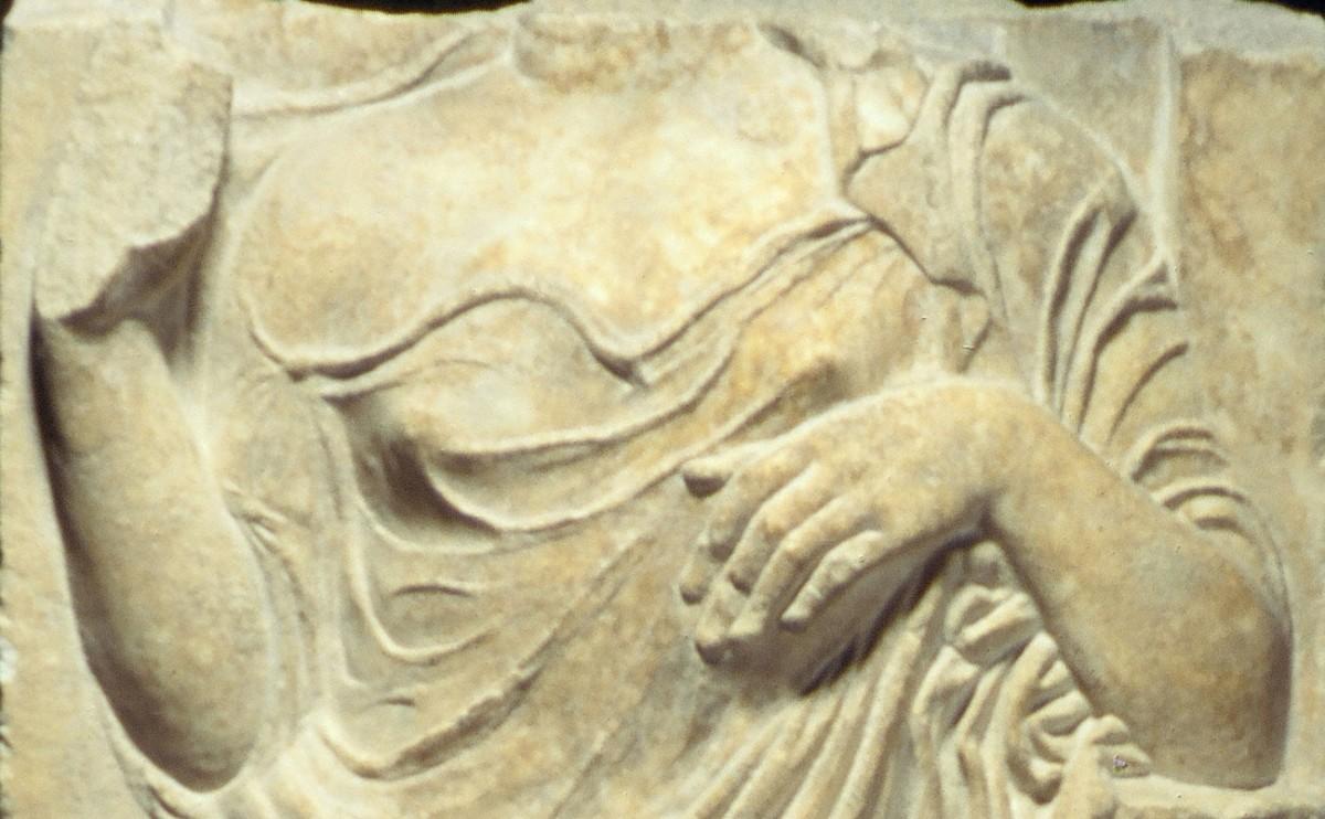 Η γυναίκα στηρίζεται με τον αριστερό της αγκώνα στο δίσκο του στομίου μιας λουτροφόρου (λεπτομέρεια).