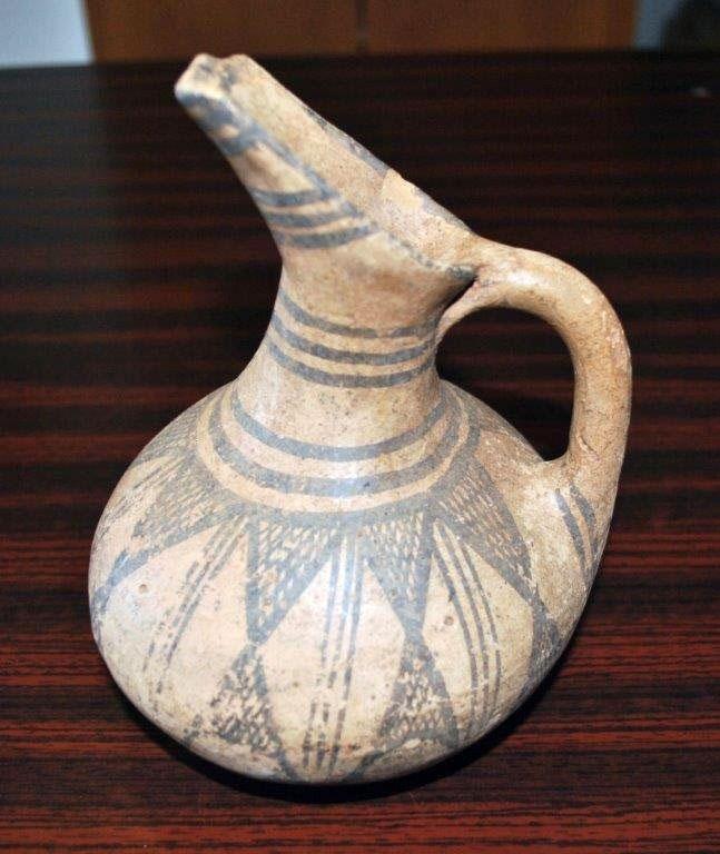 Στη διάρκεια της έρευνας βρέθηκε σπάνια ακέραιη ραμφόστομη, αμαυρόχρωμη πρόχου που χρονολογείται στην Ύστερη Μεσοελλαδική περίοδο (1600–1550 π.Χ.).