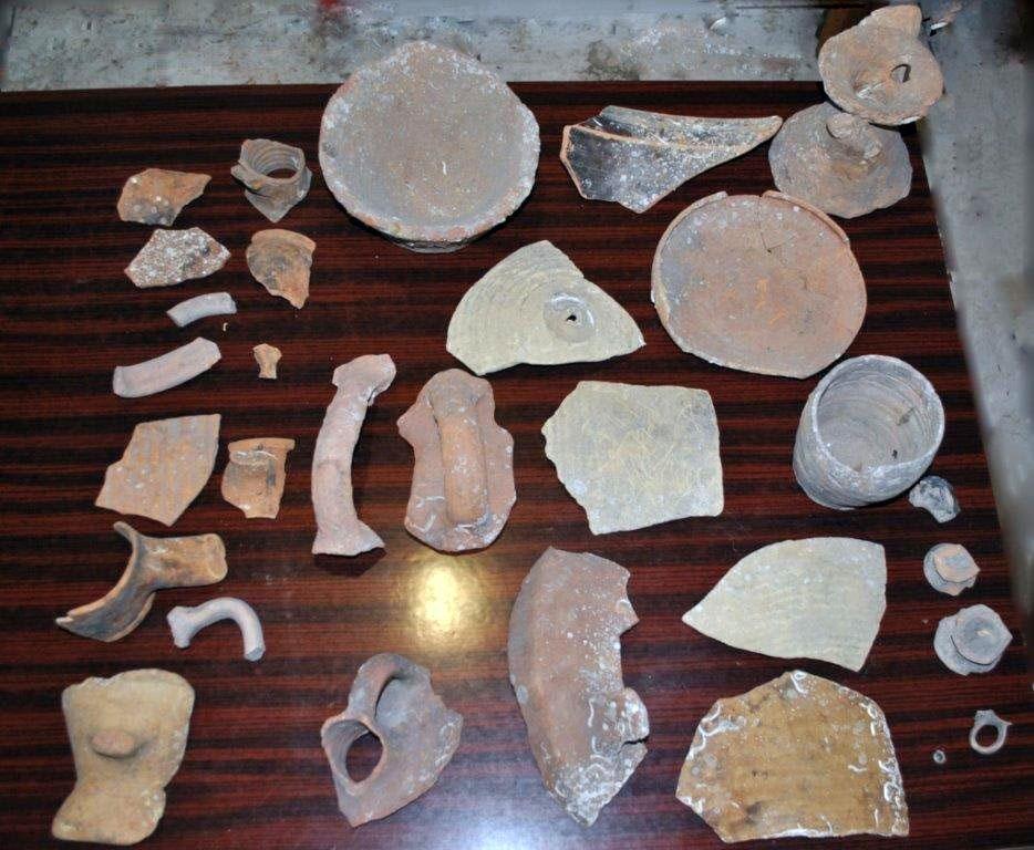 Στη διάρκεια της έρευνας βρέθηκαν και κατασχέθηκαν ένα αρχαίο αντικείμενο, εννέα τμήματα αρχαίων αγγείων και δεκαεννέα όστρακα αρχαίων αγγείων.