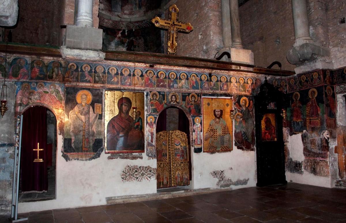 Στο κτιστό τέμπλο του ναού, που αντικατέστησε το αρχικό μαρμάρινο, διακρίνονται επάλληλα στρώματα τοιχογραφιών (Εφορεία Αρχαιοτήτων Άρτας).
