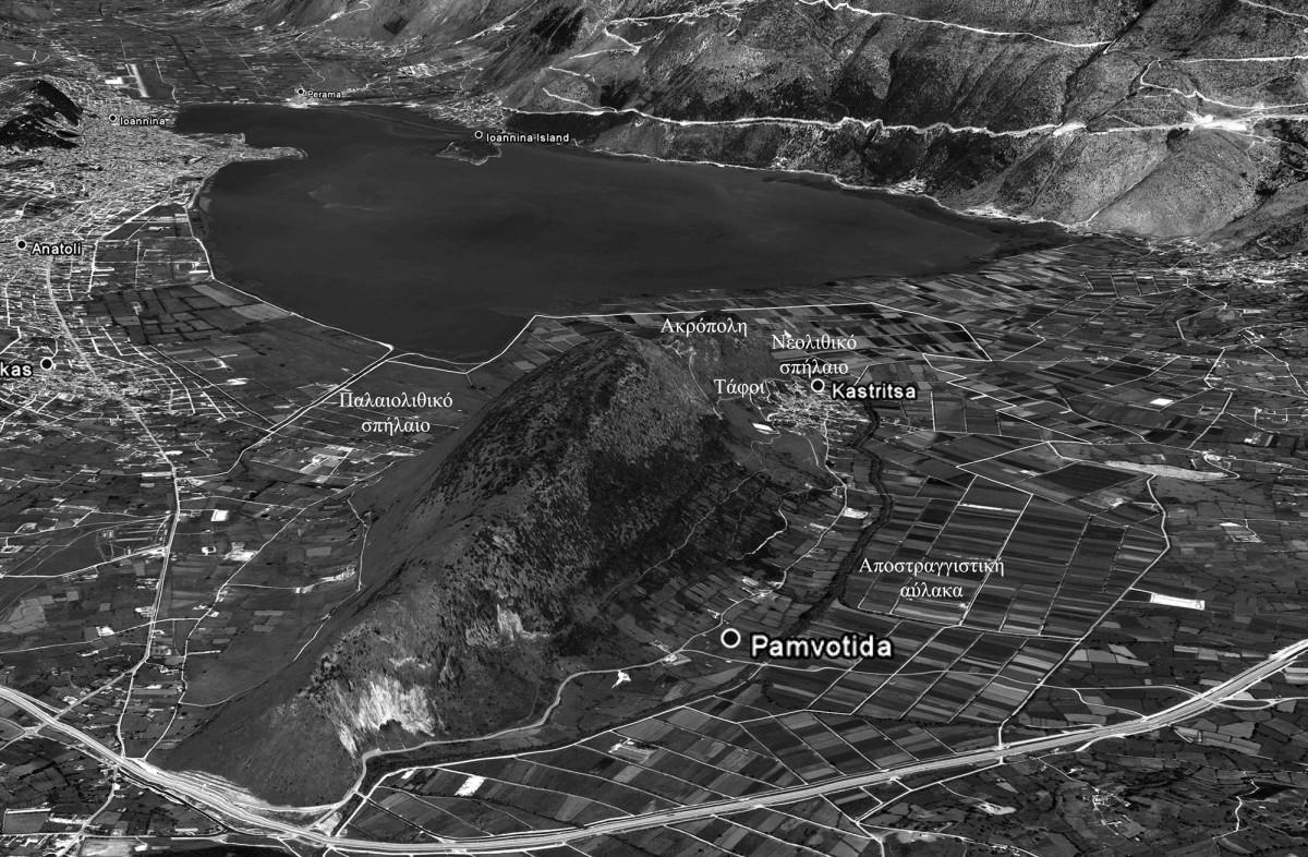 Εικ. 11. Φωτογραφία του λόφου και του περιβάλλοντα χώρου της Καστρίτσας, όπου σημειώνονται οι χώρου εύρεσης προϊστορικών αντικειμένων. (Πηγή: αρχείο συγγραφέα)
