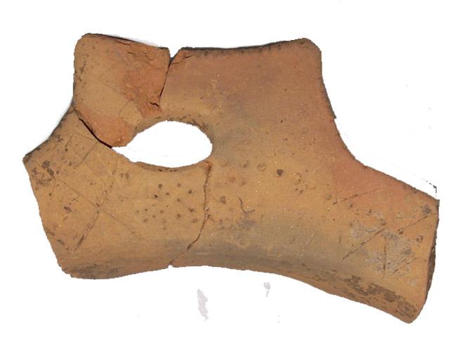 Εικ. 3. Όστρακο με εγχάρακτη και εμπίεστη διακόσμηση από το Λιατοβούνι. (Πηγή: αρχείο συγγραφέα)