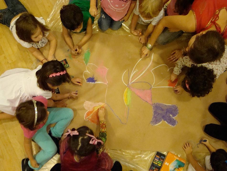 Τα παιδιά γνωρίζουν τον συναρπαστικό κόσμο του Μουσείου Κυκλαδικής Τέχνης μέσα από διαδραστικές ξεναγήσεις, εικαστικά εργαστήρια, θέατρο και μουσική.