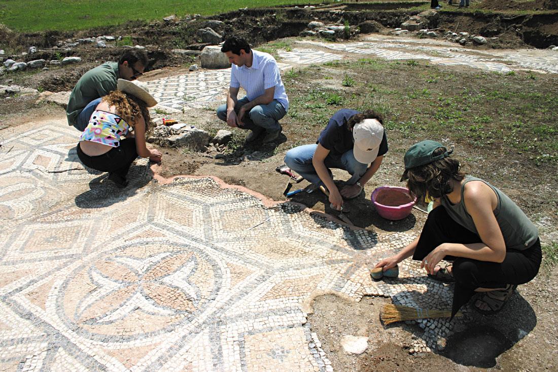 Ψηφιδωτά στον αρχαιολογικό χώρο του Δίου (φωτ. ΑΠΕ - ΜΠΕ / Κέντρο Μεσογειακών Ψηφιδωτών Δίου).