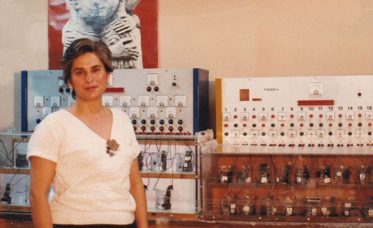 Εικ. 3. Η Μαρίνα Λυκιαρδοπούλου–Πέτρου στο εργαστήριο του Νομισματικού Μουσείου με τις συσκευές στερεωτικής αναγωγής για τη συντήρηση των μολυβδόβουλων (1990).