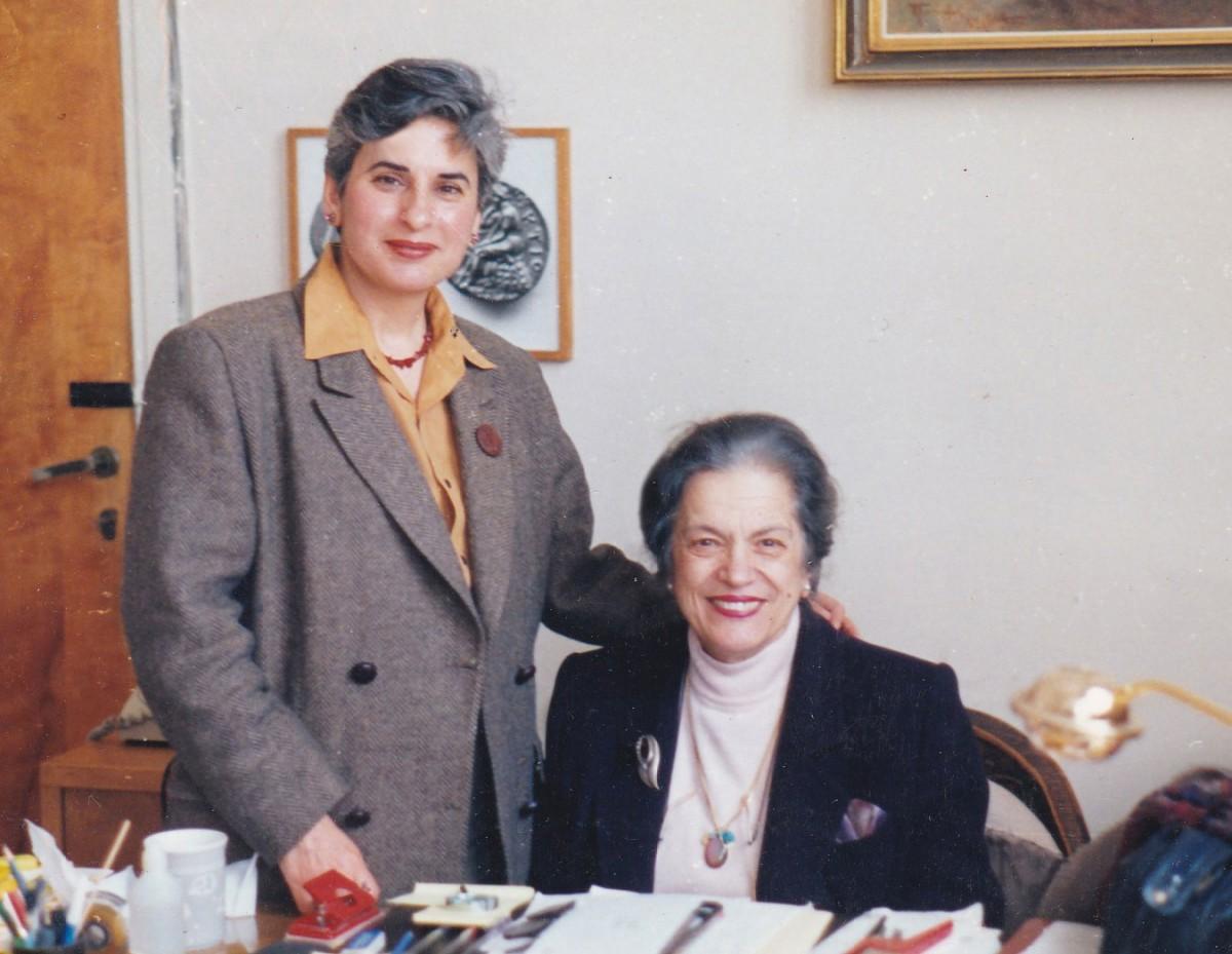 Εικ. 4. Η Μαρίνα Λυκιαρδοπούλου–Πέτρου με τη Μάντω  Οικονομίδου τη δεκαετία του '90.