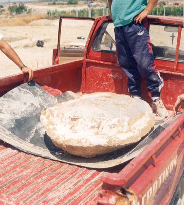 Εικ. 8. Ο σκελετός του μικρού παιδιού, μαζί με το χώμα που τον περιβάλλει, μεταφέρεται με ασφάλεια στο Μουσείο (ανασκαφή της Άνω Κώμης Κοζάνης, 1999).