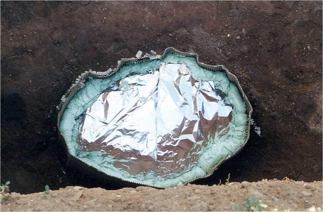 Εικ. 9. Νάρθηκας από αφρό πολυουρεθάνης για την ασφαλή μεταφορά εγχυτρισμού (ταφής σε αγγείο) στην ανασκαφή της Άνω Κώμης Κοζάνης (1999).