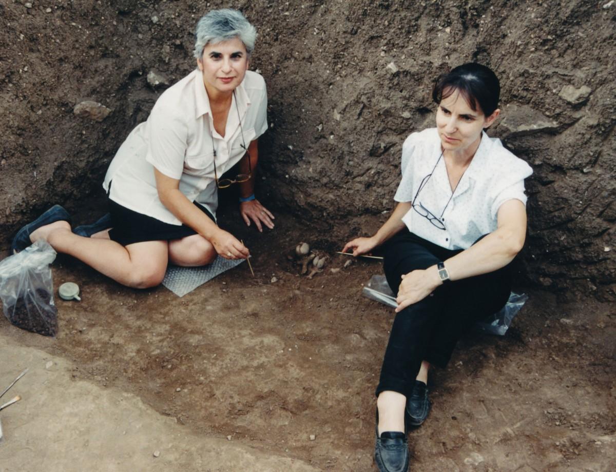 Εικ. 10. Η Μαρίνα Λυκιαρδοπούλου–Πέτρου με τη Γεωργία Καραμήτρου-Μεντεσίδη κατά τη στιγμή της αποκάλυψης των Νεολιθικών ειδωλίων στην Ποντοκώμη Κοζάνης, θέση Βρύση, 1999.