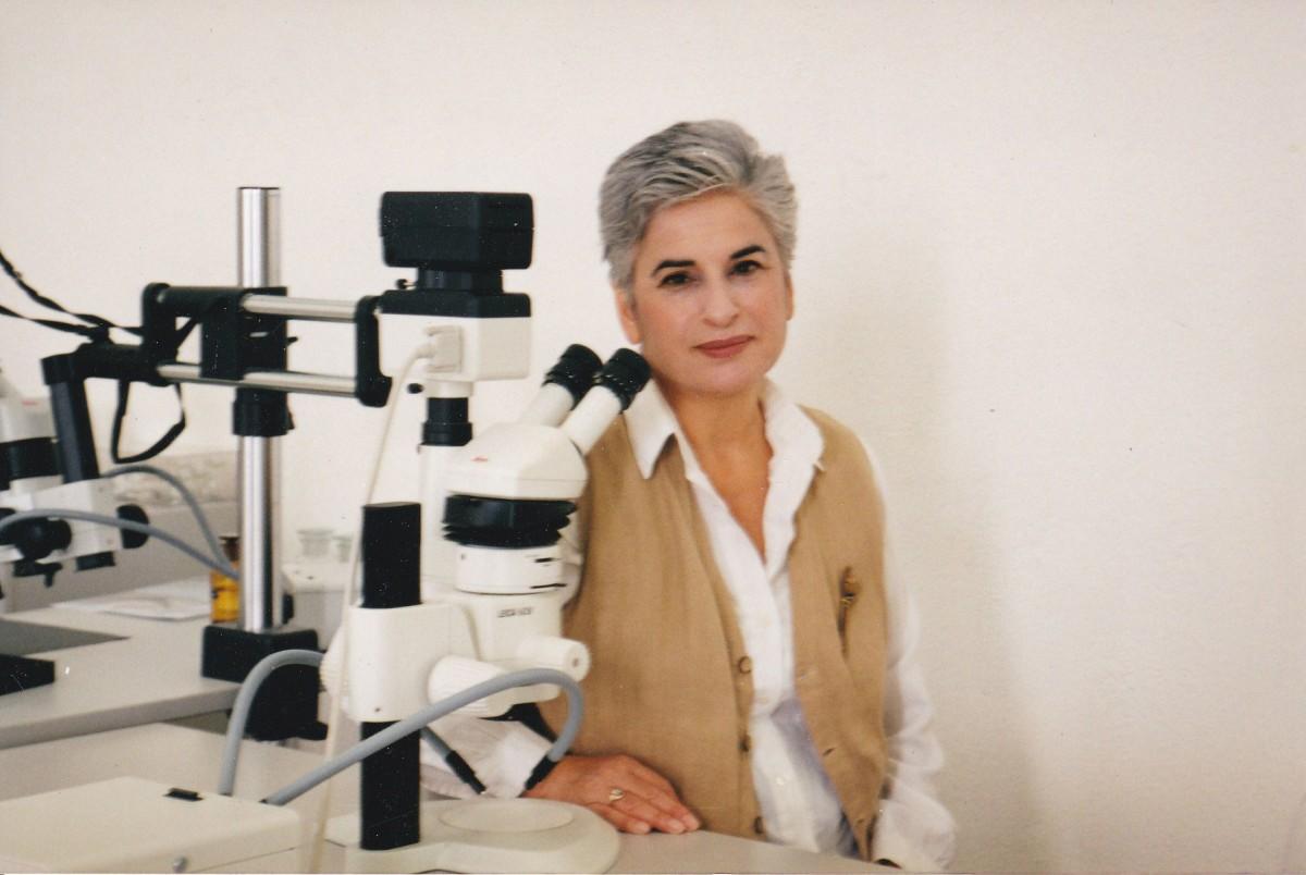 Εικ. 11. Η Μαρίνα Λυκιαρδοπούλου–Πέτρου στα εργαστήρια του Μουσείου της Αιανής, 2003.