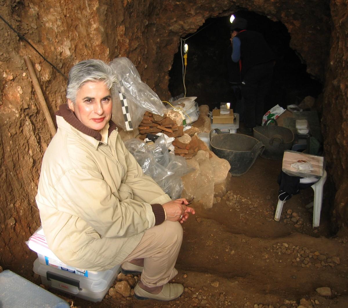Εικ. 12. Η Μαρίνα Λυκιαρδοπούλου–Πέτρου στην ανασκαφή θαλαμωτού, λαξευτού τάφου στη Σπηλιά Εορδαίας, 2005.