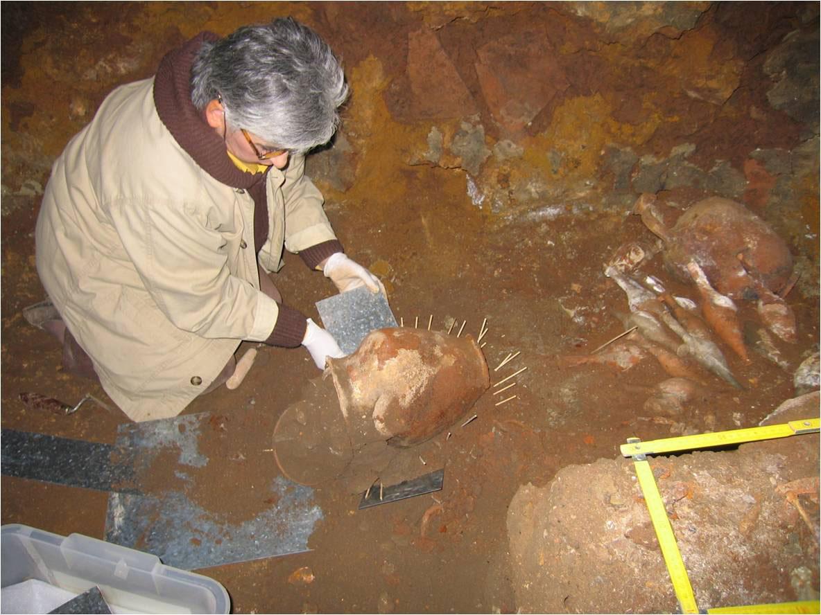 Εικ. 13. Η Μαρίνα Λυκιαρδοπούλου–Πέτρου στην ανασκαφή θαλαμωτού, λαξευτού τάφου στη Σπηλιά Εορδαίας, 2005.