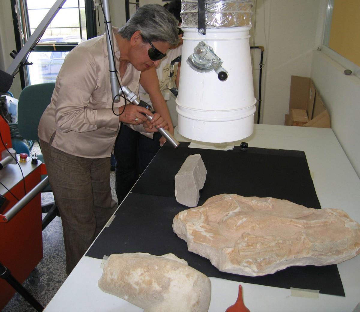 Εικ. 15.Η Μαρίνα Λυκιαρδοπούλου–Πέτρου στο Μουσείο Αιανής το 2008: Δοκιμές καθαρισμού με laser σε επιφάνειες μαρμάρων.