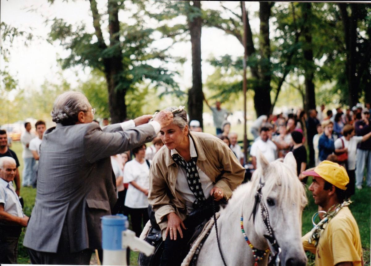 Εικ. 16. Γ' Ιππική Πορεία, Αιανή-Δίον (2000). Ο καθηγητής Δ. Παντερμαλής δαφνοστεφανώνει τη Μαρίνα Λυκιαρδοπούλου –Πέτρου κατά την άφιξή της.