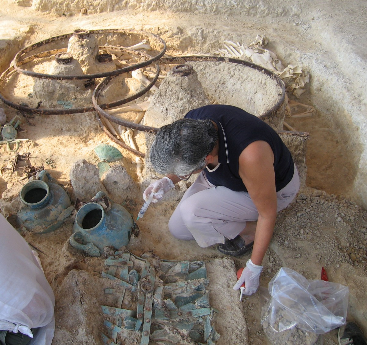 Εικ. 17. Ανασκαφή Μικρής Δοξιπάρας-Ζώνης. Στερέωση ευρήματος με εμποτισμό (2007).