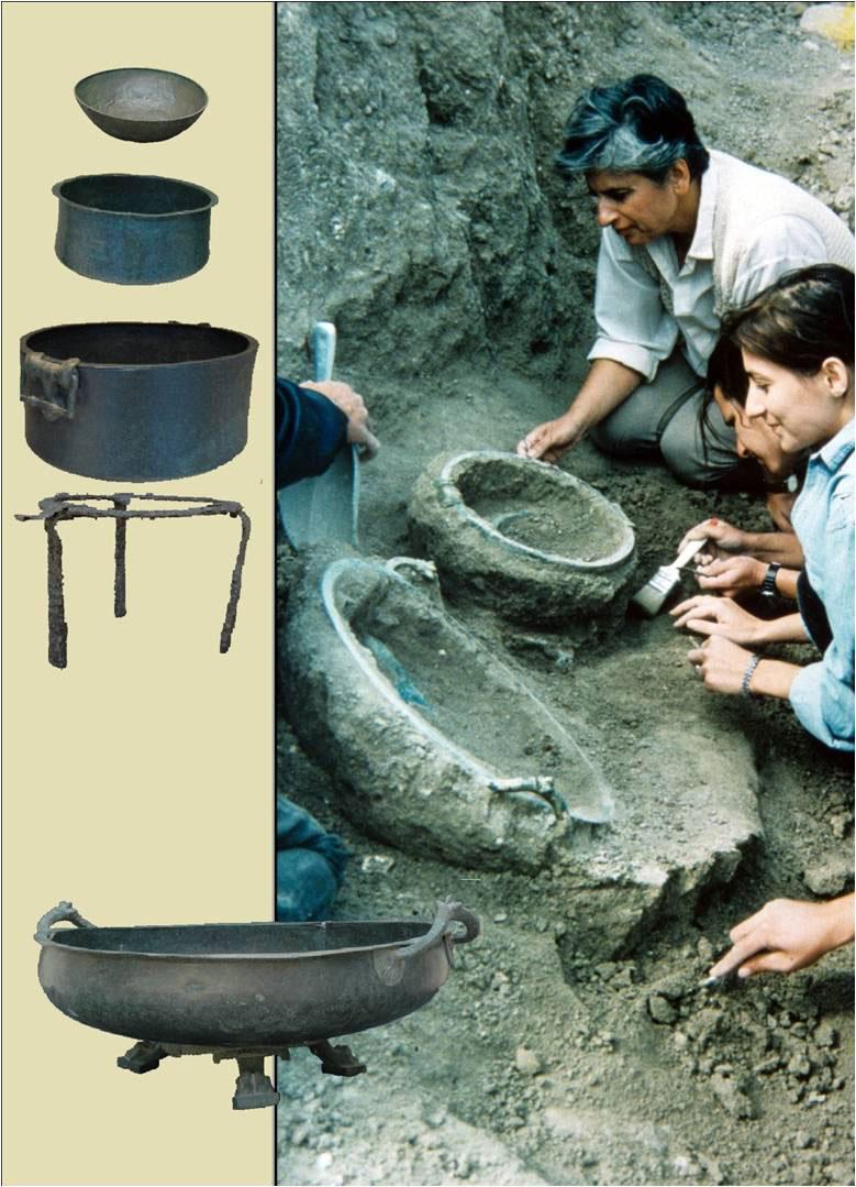Εικ. 21. Η πρόσκληση στην ομιλία της Μαρίνας Λυκιαρδοπούλου-Πέτρου στην Αρχαιολογική Εταιρεία (10 Δεκ. 2007) με θέμα: «Αρχαιολογικά ευρήματα. Από την ανασκαφή στην έκθεση. Ο ρόλος της συντήρησης». Απεικονίζεται η ανασκαφή ομάδας χάλκινων αγγείων, αρχαϊκής εποχής στην Αρχαία Νεκρόπολη Αιανής (δεκαετία του '90). Αριστερά, τα αγγεία μετά τη συντήρησή τους.