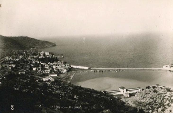 Εικ. 1. Παλαιά φωτογραφία των Μεθάνων με το παραδοσιακό κτίριο των λουτρών (πηγή: http://www.stampcircuit.com).