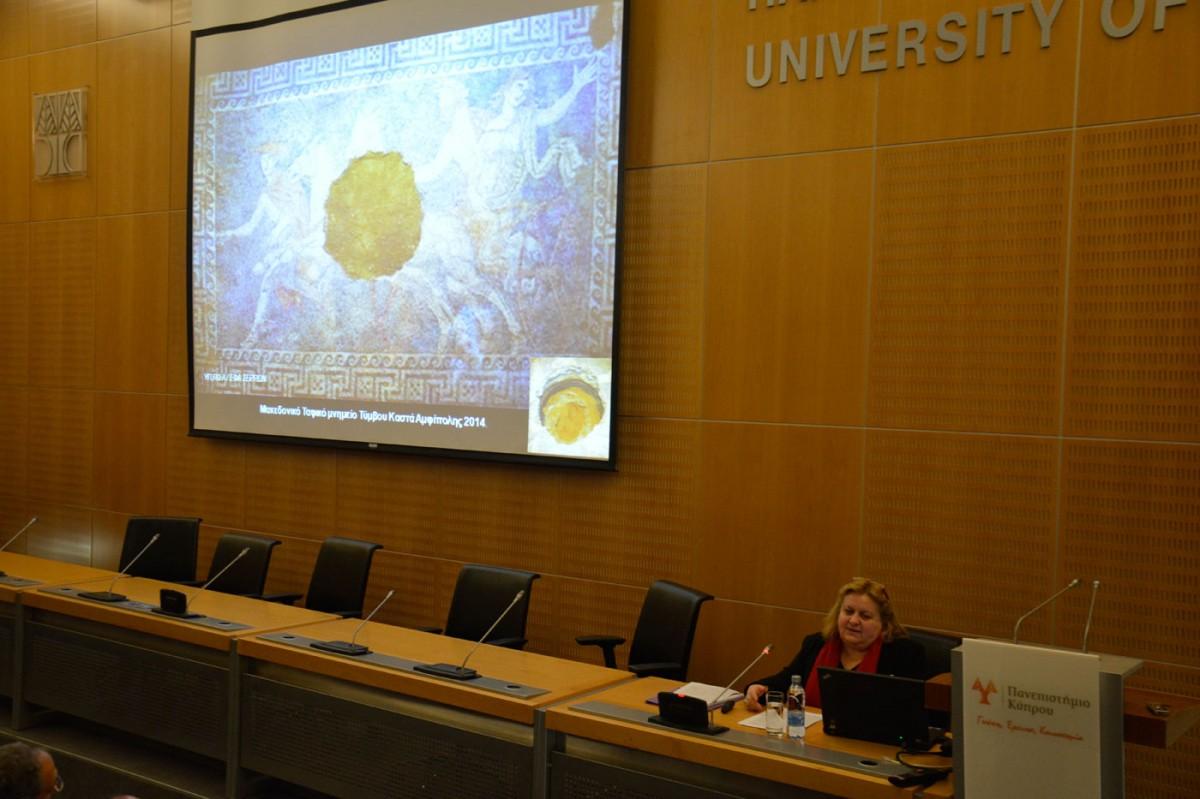 Η Κατερίνα Περιστέρη σε διάλεξή της στο Πανεπιστήμιο Κύπρου (φωτ. ΑΠΕ-ΜΠΕ).