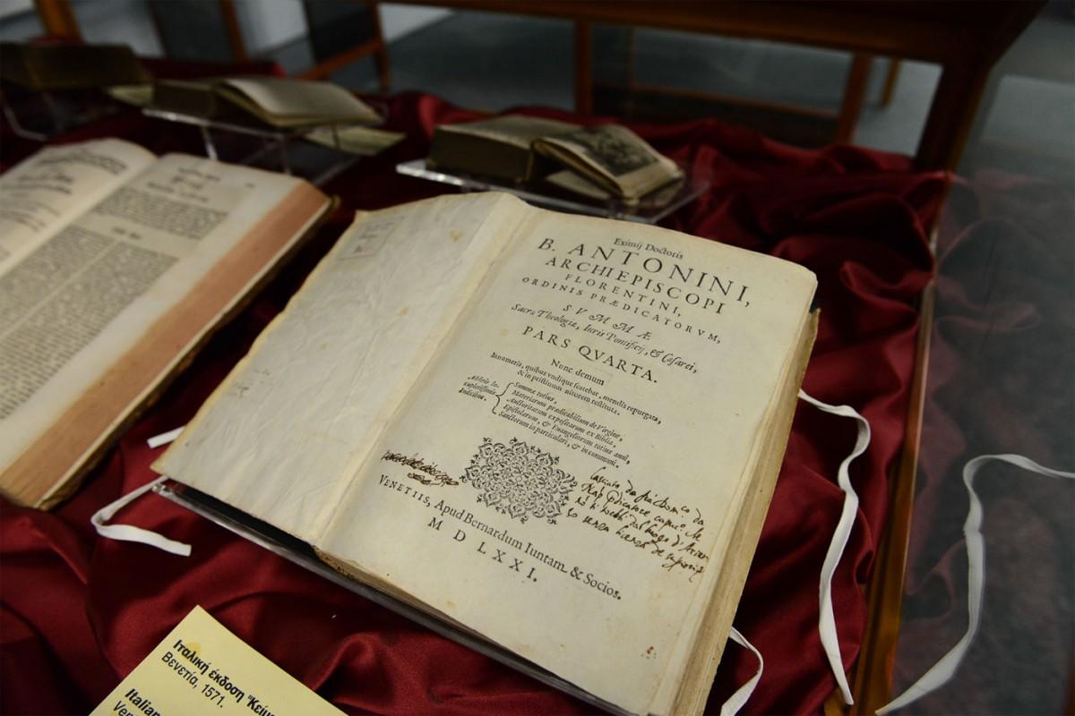 Προθήκη με βιβλία του 16ου αιώνα, τυπωμένα στη Βενετία, τη Γερμανία και την Ολλανδία. Μουσείο Τυπογραφίας, Χανιά.