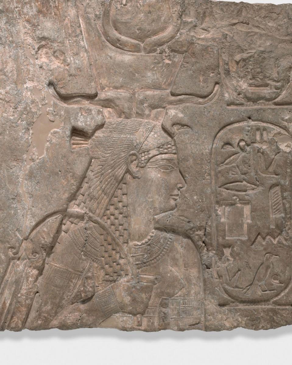 Η Αρσινόη με το περίτεχνο στέμμα της σε ανάγλυφο τοίχου του ναού της Ίσιδας στις Φίλες, νησίδα του Νείλου.