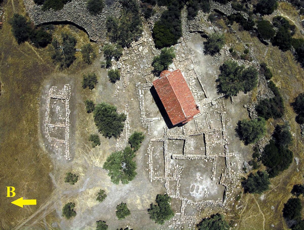 Εικ. 1. Γενική άποψη του μυκηναϊκού κτηριακού συγκροτήματος στον Άγιο Κωνσταντίνο των Μεθάνων.