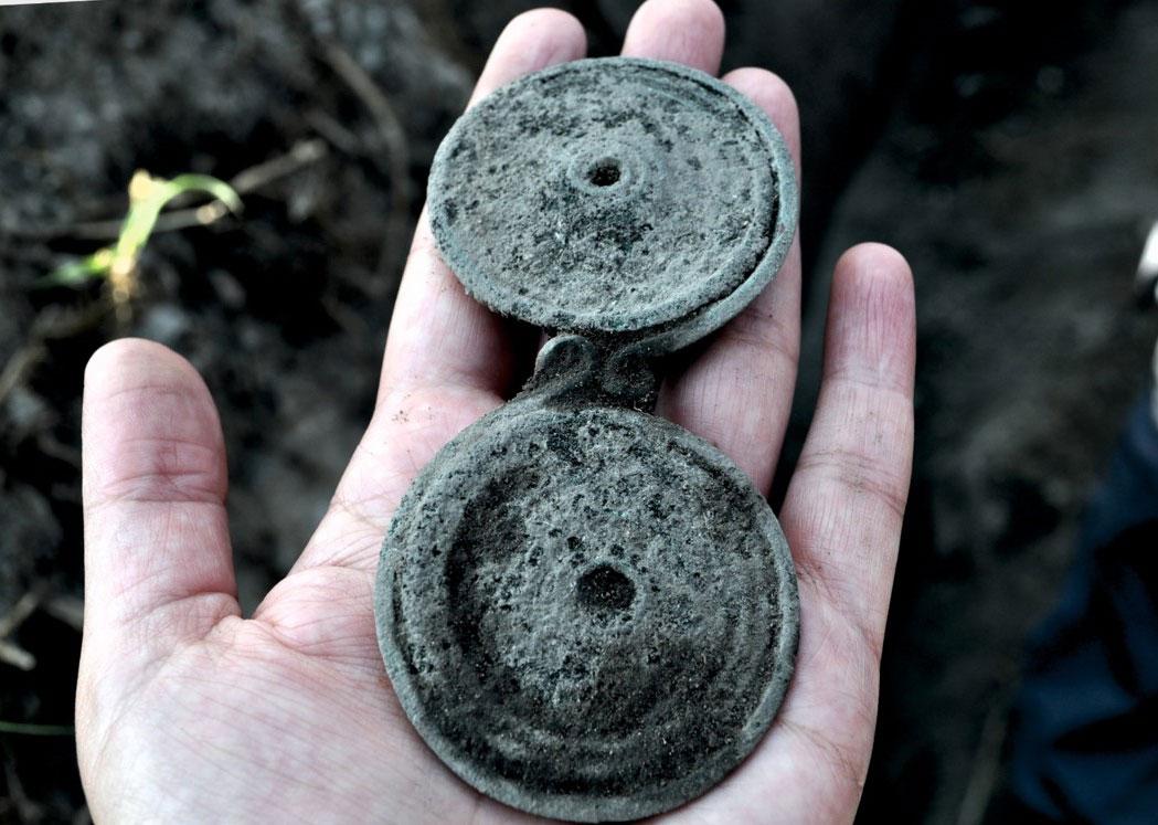 Κρεπενή Καστοριάς. Οκτώσχημη πόρπη από διαταραγμένη γυναικεία ταφή της Πρώιμης Εποχής του Σιδήρου. Πηγή: Ανασκαφές Κρεπενής – ΕΦΑ Καστοριάς.