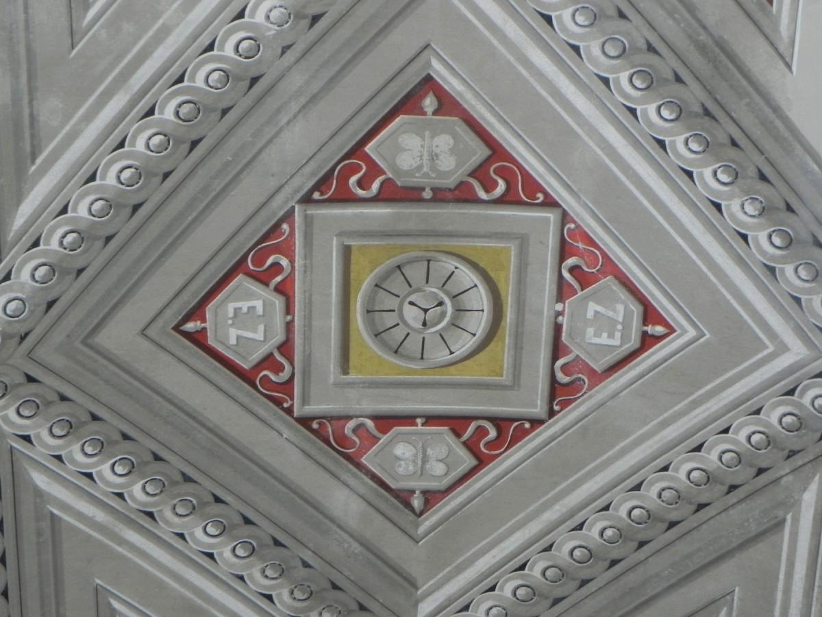 Μονόγραμμα του Τσίλλερ από την οροφή του υπνοδωματίου του, που αποκαλύφθηκε μετά τη συντήρηση (πηγή: Διεύθυνση Προστασίας και Αναστήλωσης Νεώτερων και Σύγχρονων Μνημείων/ Υπουργείο Πολιτισμού).