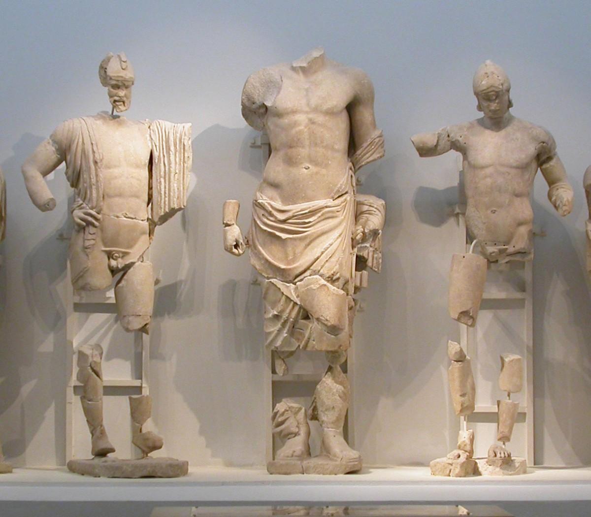 Εικ. 7. Οινόμαος, Ζευς, Πέλοψ από το ανατολικό αέτωμα του ναού του Δία στην Ολυμπία. Αρχαιολογικό Μουσείο Ολυμπίας.