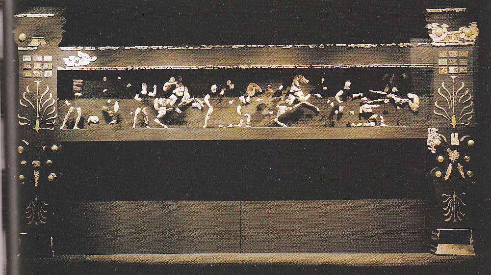 Εικ. 9. Χρυσελεφάντινη κλίνη από τον προθάλαμο του Τάφου II της Βεργίνας. Βεργίνα, Μουσείο Βασιλικών Τάφων.
