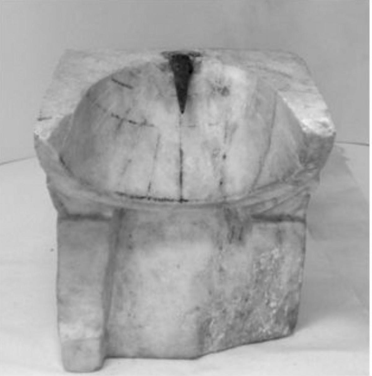 Εικ. 2. Κωνικό ηλιακό ωρολόγιο του Αρχαιολογικού Μουσείου Πειραιά (αριθμός ευρετηρίου ΜΠ 1131). (Πηγή: Πάνου 2016: 246)