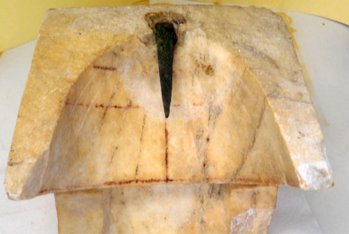 Εικ. 3. Άποψη του υπάρχοντος γνώμονα του κωνικού ηλιακού ωρολογίου του Αρχαιολογικού Μουσείου Πειραιά (αριθμός ευρετηρίου ΜΠ 1131). (Πηγή: Πάνου 2016: 247)