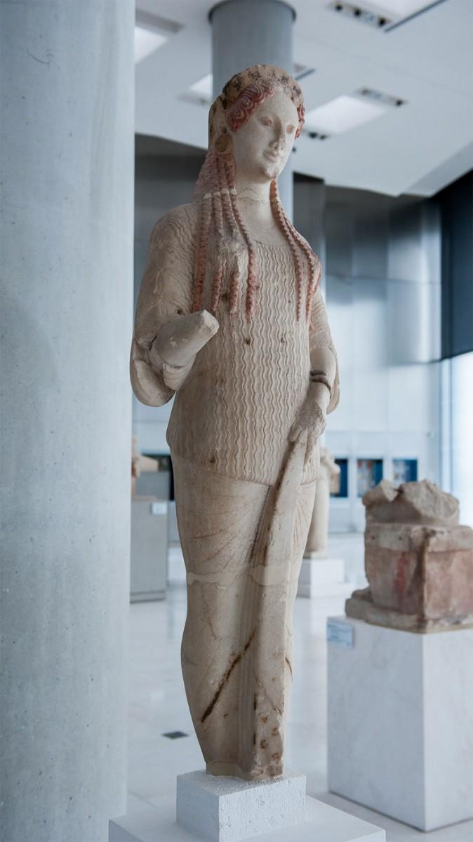 Η Κόρη 670 είναι μία από τις ωραιότερες και καλύτερα διατηρημένες Κόρες της Ακρόπολης (φωτ. Αρχαιολογία Online).