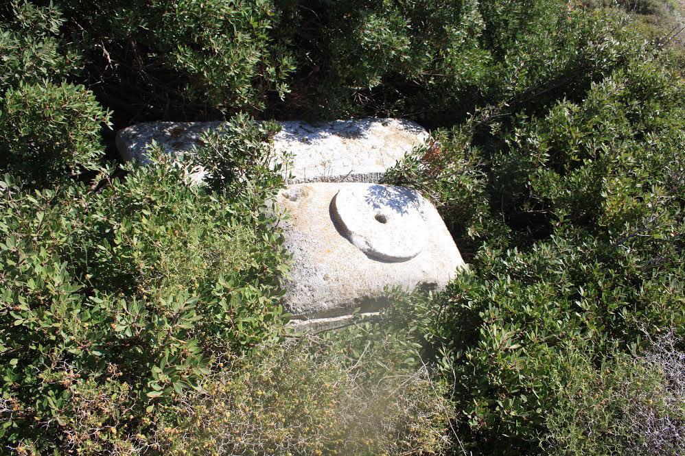 Μέρος των αρχαιοτήτων που είχε παράνομα στην κατοχή της μια 50χρονη στη Μήλο.