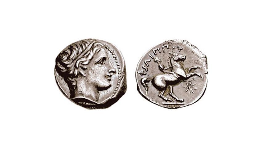 Εικ. 2. Χάλκινο νόμισμα του Φιλίππου Β΄ (320-317 π.Χ.). Στην εμπρόσθια όψη εικονίζεται κεφαλή Απόλλωνα και στον οπισθότυπο ιππέας που καλπάζει κρατώντας τα ηνία, με επιγραφή ΦΙΛΙΠΠΟΥ, ενώ κάτω δεξιά μακεδονικό αστέρι. (Νομισματοκοπείο Αμφίπολης, παρόμοιο  βρέθηκε από την ομάδα Μυλωνόπουλου στη θέση Α).