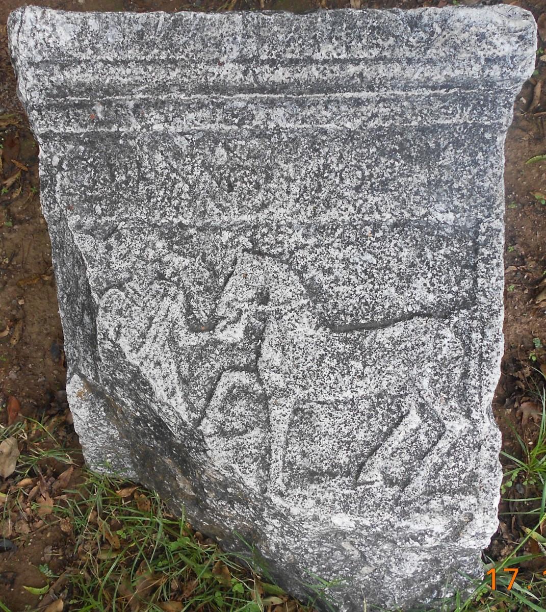 Εικ. 4. Μαρμάρινη στήλη με ανάγλυφη παράσταση νεαρού αλόγου σε ανήσυχη στάση που οδηγείται από στολισμένη γυναίκα, επιγραφή μη διακριτική (σε προαύλιο οικίας στους Κήπους Αλιάρτου).