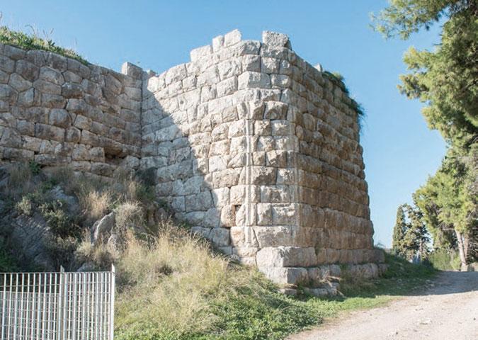 Ο ανατολικός πύργος (φωτ. «Αρχαιολογία και Τέχνες)».
