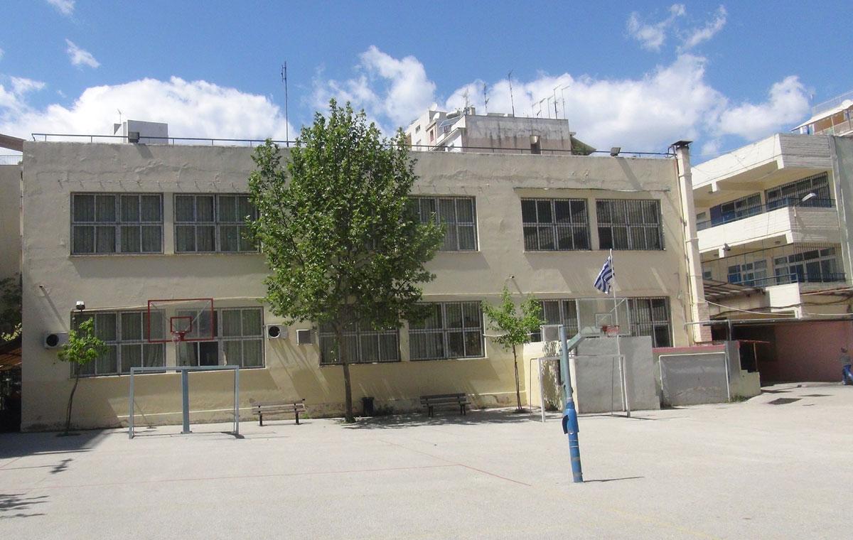 Το 56ο Γυμνάσιο Αθήνας στεγάζεται σε ένα σχολικό κτήριο που σχεδιάστηκε από τον αρχιτέκτονα Άγγελο Σιάγα, με τις αρχές του μοντέρνου κινήματος.