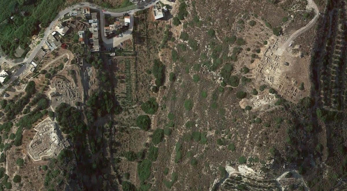 Εικ. 2. Αεροφωτογραφία της περιοχής Πετρά. Αριστερά: Λόφος Ι, οικισμός και ανάκτορο. Δεξιά: Λόφος ΙΙ, νεκροταφείο.