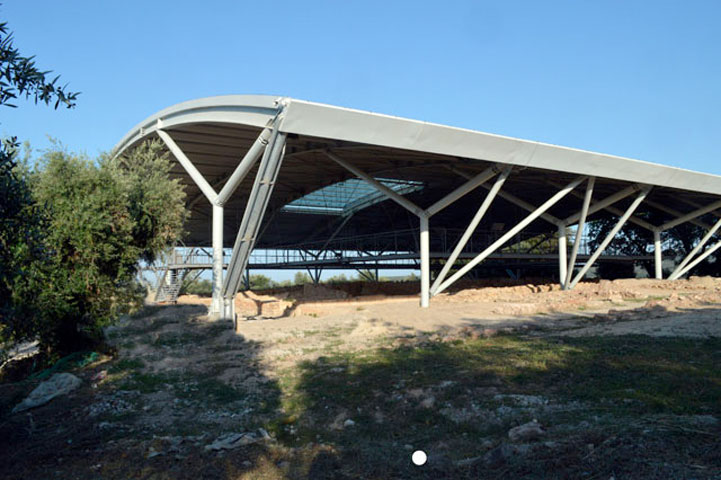Το νέο στέγαστρο προστασίας, κατασκευασμένο από δομικό χάλυβα, καλύπτει ενιαία το κεντρικό ανακτορικό μνημείο σε έκταση 3.185 τ.μ