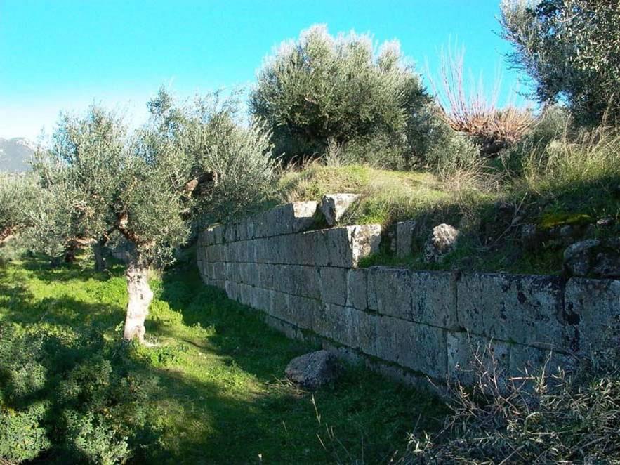 Εικ. 1. Άποψη του οχυρωματικού τείχους της αρχαίας ακρόπολης.