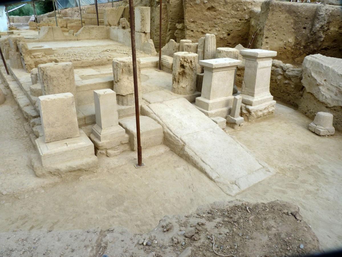 Εικ. 12. Ασκληπιείο Αρχαίας Θουρίας. Άποψη του ναού του Ασκληπιού και της Υγείας από νότια.