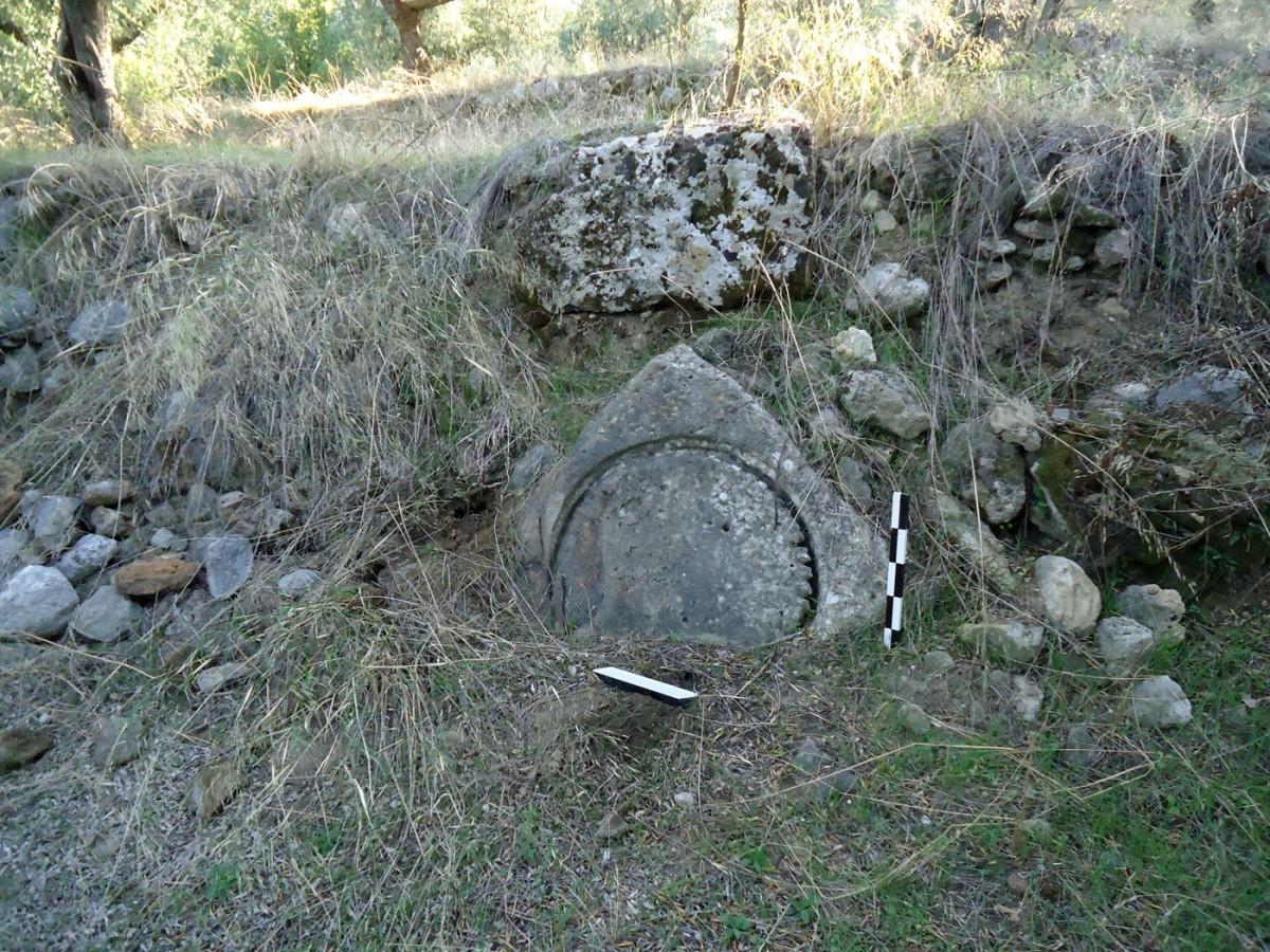 Εικ. 7. «Μονή Ελληνικών» Θουρίας. Ιδιοκτησία Ι. Φιλιόπουλου. Βάση ελαιοπιεστηρίου χρησιμοποιημένη στη σύγχρονη ξερολιθιά. Άποψη από δυτικά.