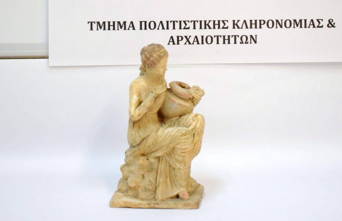 Μεταξύ των αρχαιοτήτων που κατασχέθηκαν βρίσκεται και ένα πήλινο ειδώλιο καθιστής γυναικείας μορφής (φωτ. Ελληνική Αστυνομία).