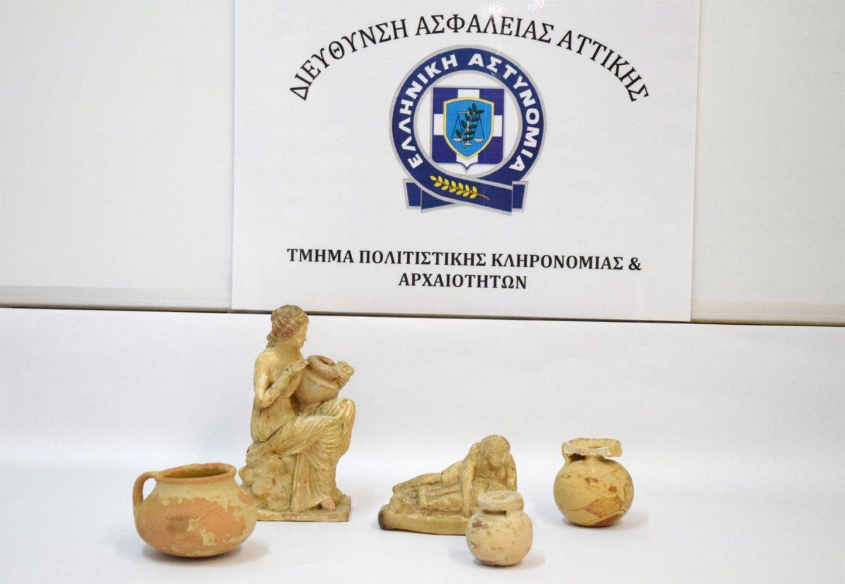 Μέρος των αρχαιοτήτων που είχε στην κατοχή του ένας 79χρονος στην Αθήνα (φωτ. Ελληνική Αστυνομία).